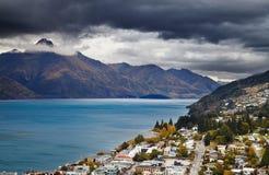 Queenstown cityscape och Wakatipu sjö, Nya Zeeland Royaltyfri Bild