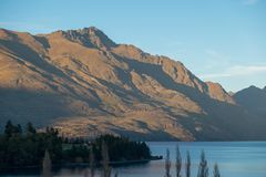 Queenstown et les montagnes de Remarkables, Nouvelle-Zélande photos libres de droits