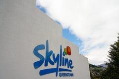 QUEENSTOWN, NUEVA ZELANDA - 3 DE DICIEMBRE: Logotipo de Queenstown del horizonte delante del terminal de la góndola del horizonte Imágenes de archivo libres de regalías
