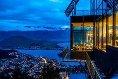 Queenstown, Nuova Zelanda - ristorante dell'orizzonte sopra la collina fotografia stock