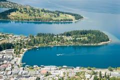 Queenstown på kuster av sjön Wakatipu royaltyfria bilder