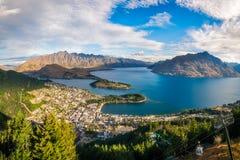 Queenstown-Panorama an der goldenen Stunde, Neuseeland lizenzfreie stockfotos