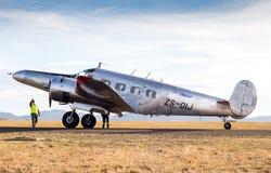 QUEENSTOWN, SURÁFRICA - 17 de junio de 2017: Modelo gemelo de plata E de Beechcraft Fotografía de archivo