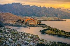 Параглайдинг над Queenstown и озером Wakaitipu от точки зрения на горизонте Queenstown, Новой Зеландии стоковые фотографии rf