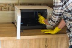 Quehacer doméstico - limpieza de la cocina Imagen de archivo
