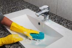 Quehacer doméstico en cuarto de baño Fotos de archivo libres de regalías