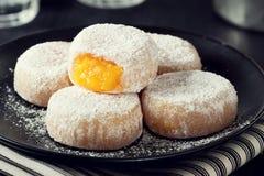 Queijinhos, pasteles portugueses llenados de los topos de Ovos Foto de archivo