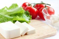 Queijo, alface e tomate de feta. Ingredientes da salada Imagem de Stock