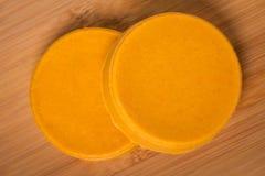 Queijo amarelo caseiro diy do vegetariano imagens de stock