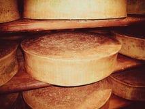 Queijo amarelo do kruglyash apetitoso em uma prateleira na adega de uma fábrica de queijo pequena fotografia de stock