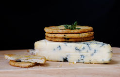 Queijo azul e biscoitos Imagem de Stock Royalty Free