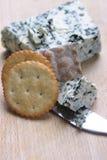 Queijo azul e biscoitos Foto de Stock Royalty Free