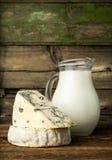 Queijo azul e brie com um jarro de leite fotografia de stock