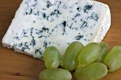 Queijo azul e uvas Imagens de Stock