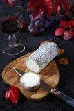 Queijo azul francês, uvas vermelhas e copo de vinho Foto de Stock Royalty Free