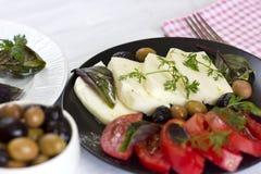 Queijo branco com azeitonas dos tomates, as verdes e as pretas, manjericão, coria Fotografia de Stock