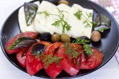Queijo branco com azeitonas dos tomates, as verdes e as pretas, manjericão, coria Imagem de Stock