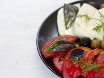 Queijo branco com azeitonas dos tomates, as verdes e as pretas, manjericão, coria Foto de Stock Royalty Free