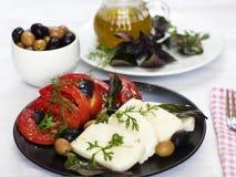 Queijo branco com azeitonas dos tomates, as verdes e as pretas, manjericão, coria Imagem de Stock Royalty Free