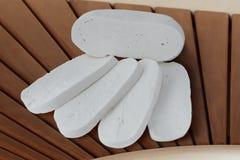 Queijo branco de Akkawi do leite do Oriente Médio do ` s da vaca cortado na tabela de madeira da placa da mesa imagem de stock royalty free