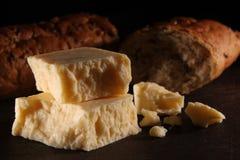Queijo cheddar e pão maduros rústicos Fotografia de Stock