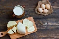 Queijo com leite em uma tabela de madeira homemade fotos de stock royalty free