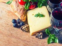 Queijo com vinho tinto e nozes Alimento e bebidas Imagens de Stock