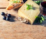 Queijo com vinho tinto, nozes e uvas Ingredientes de alimento Fotos de Stock Royalty Free