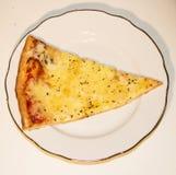 Queijo da pizza quatro em uma placa branca em um fundo branco fotos de stock royalty free
