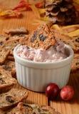 Queijo de barrar alaranjado e biscoitos do arando Foto de Stock