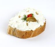 Queijo de barrar com azeitonas no pão Imagens de Stock