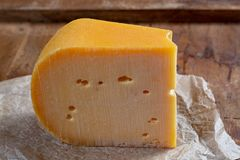 Queijo de Beemster, queijo holandês duro feito do leite de vaca da grama crescida na mar-argila em um po'lder 4 medidores abaixo  imagem de stock
