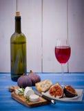 Queijo de cabra com figos e vinho maduros Imagens de Stock Royalty Free