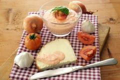Queijo de casa de campo com tomate Fotografia de Stock Royalty Free