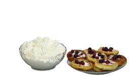 Queijo de casa de campo em um vaso e em uns bolos lisos Fotografia de Stock