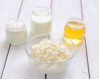Queijo de casa de campo, leite, mel e creme ácido fotografia de stock
