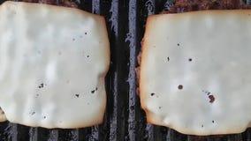 Queijo de derretimento no gourmet grelhado da carne filme