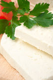 Queijo de feta búlgaro branco na placa de estaca Imagem de Stock
