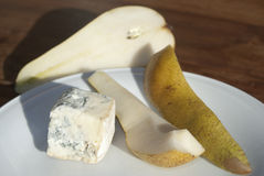Queijo de Gorgonzola com peras imagens de stock royalty free
