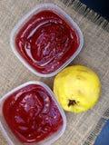 Queijo de marmelo recentemente feito a mão em uns recipientes foto de stock royalty free