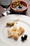 Queijo de Parmesão com azeitonas pretas e alcaparras foto de stock