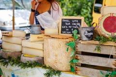 Queijo de venda e de compra no mercado em Provence, França Imagem de Stock