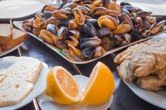 Queijo delicioso na tabela Imagens de Stock