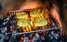 Queijo do assado do churrasco sobre carvões, o fogo e a chama quentes foto de stock
