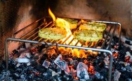 Queijo do assado do churrasco sobre carvões, o fogo e a chama quentes imagens de stock royalty free