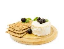 Queijo do brie com biscoitos orgânicos Fotografia de Stock Royalty Free