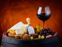 Queijo do brie e do camembert com vinho tinto foto de stock