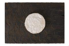 Queijo do brie na placa de madeira preta, isolada Fotografia de Stock Royalty Free