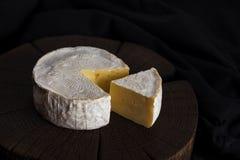 Queijo do camembert no fundo de madeira preto, com espaço da cópia Profundidade de campo rasa fotografia de stock