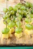 Queijo do canape do aperitivo com uvas brancas Fotografia de Stock
